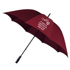 Sta jij ook iedere week aan de zijlijn van het voetbalveld. Het weer is dan helaas lang niet altijd zoals we het graag zouden zien. Van motregen tot heftige plensbuien, we zien het allemaal regelmatig voorbij komen. Het is dan ook niet onverstandig om altijd een stevige paraplu bij te hebben, zodat jij voorbereid bent voor typisch Nederlands weer. Zo hoef jij nooit bang te zijn druipnat thuis aan te komen. Alle paraplu's zijn stevig en goed bestand tegen slecht weer en harde wind. Ze hebben een fijne handgreep die lekker in de hand ligt. Belangrijkste is dat je met een paraplu van HB-Creations zeker droog thuis komt en nooit meer last hebt van die vervelende regen. De Stormparaplu wordt gekenmerkt door een extra stevig dubbel frame. In combinatie met het grote doek ben je er zeker van dat je zelfs tijdens de meest nare weersomstandigheden droog blijft. Afgewerkt met een zwart rubber gecoat handvat ligt deze stevige en grote paraplu ook lekker in je hand. HB-Creations Tilburg Reeshof